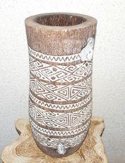 Váza kokosová palma s řezbou 50 cm, atraktivní interiérová dekorace z Indonésie